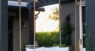 Black Pergola Backyard mit einem Schwarz-Weiß-Farbschema Black Pergola Backyar