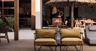 Ein Holzfußboden, eine natürliche Pergola und gemütliche Sessel ...