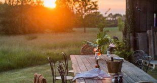 Ohne Schnickschnack sitzt der Tisch im Herzen des Gartens, um die Schönheit der ...