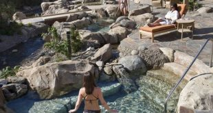 Schönes Outdoor Spa & Hot Tub Design mit Felsen #amp #design #felsen #Hot #mit...